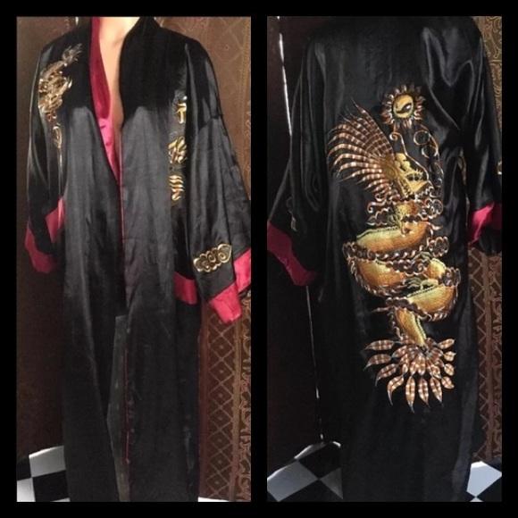 04569aab815c Vintage Silky Reversible red/black Dragon 🐲Kimono.  M_5c8412f5aa5719efc133fa54